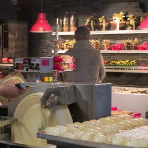 alles wordt genaakt in de open chocolaterie van tops edelgebak in soest